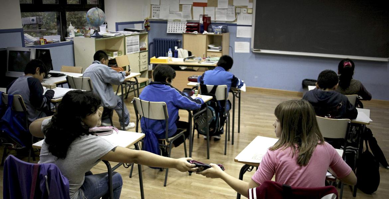 alumnos estudiantes en el aula en la escuela sin profesor