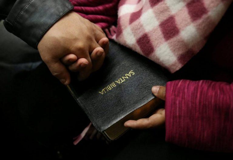 Imagen de archivo de unos jóvenes con una Biblia en español/CNS