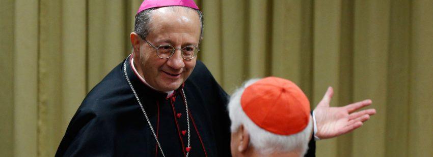 El arzobispo Bruno Forte charla con Müller