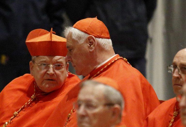 Los cardenales Raymond L. Burke y Gerhard Muller, en una imagen de archivo/CNS