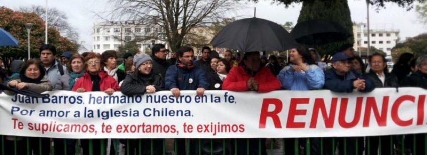 Laicos de Osorno protestan para que el obispo Barros renuncie.