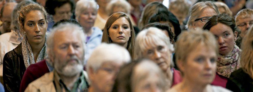 chica joven en medio de un grupo de gente en una iglesia