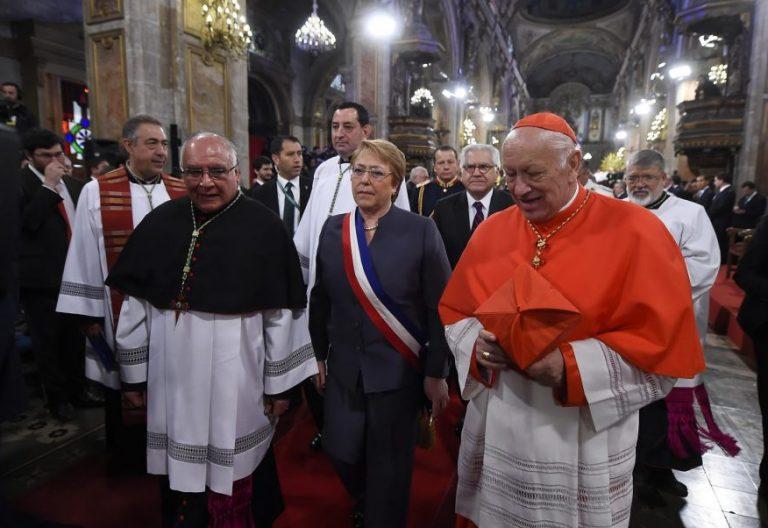 La presidenta de Chile, Michelle Bachelet (c), en el tradicional Te Deum en la Catedral Metropolitana de Santiago de Chile con el cardenal arzobispo Ricardo Ezzati/EFE