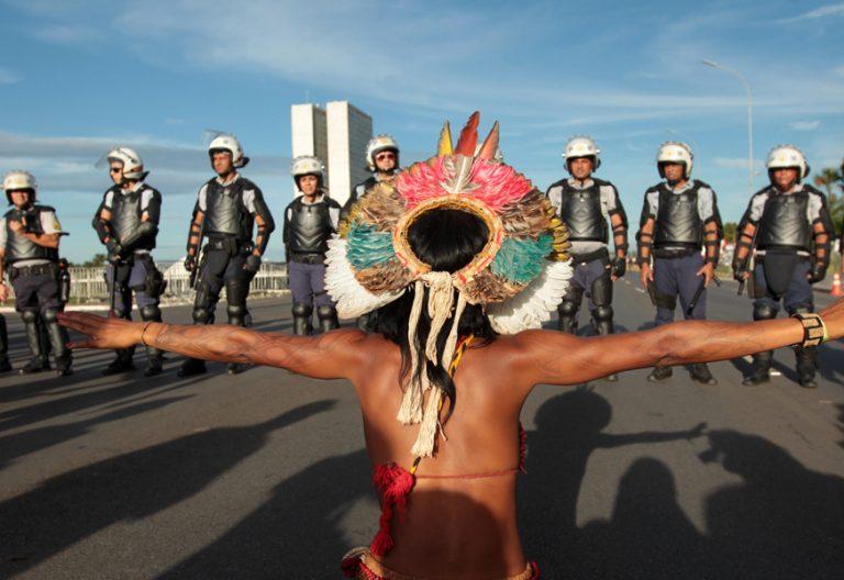 Brasil un indígena de la Amazonía hace frente a la policía durante una protesta