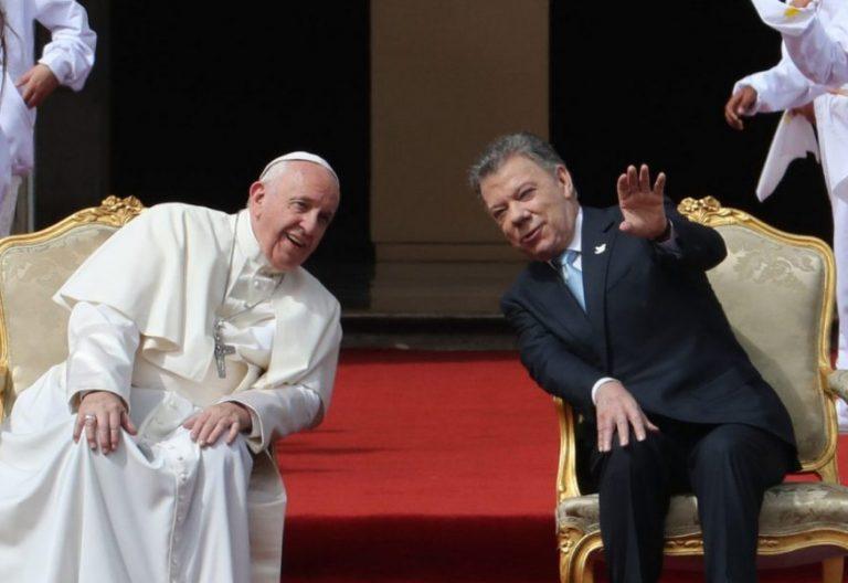 El presidente de Colombia, Juan Manuel Santos (d), recibe al papa Francisco (i) aen su viaje a Colombia en 2017/EFE