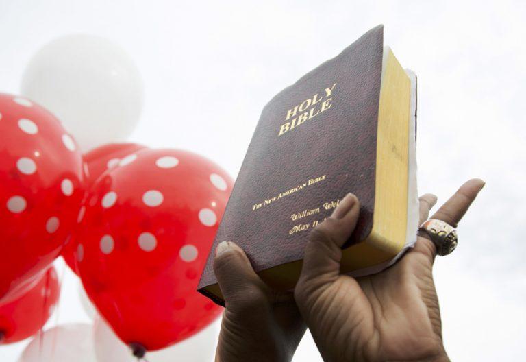 unas manos sujetan una Biblia