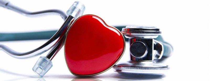 estetoscopio de médico con un corazón