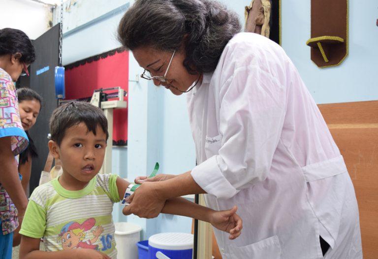 niño en Venezuela atendido en una clínica especializada en desnutrición en Caracas