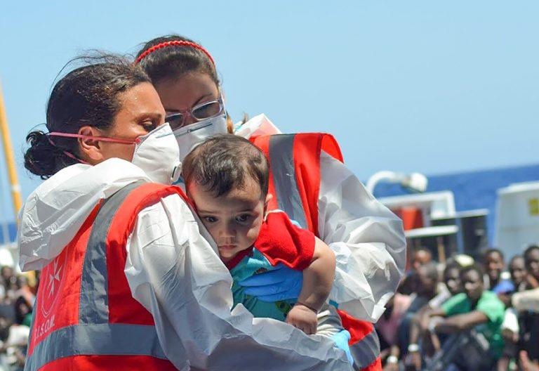 dos voluntarias rescatan a un niño refugiado en Malta Mar Mediterráneo