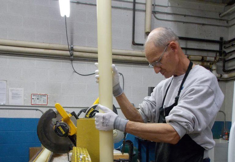 obrero en una fábrica de cirios señor mayor