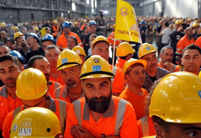 obreros en una planta siderúrgica en Génova para la visita del papa Francisco mayo 2017