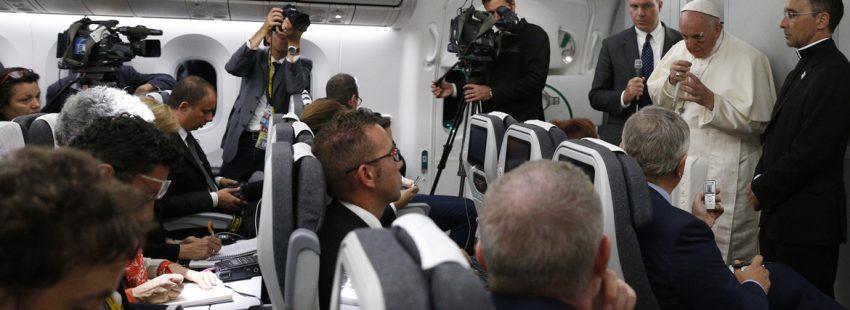 papa Francisco en el avión de vuelta del viaje a Colombia con los periodistas 11 septiembre 2017