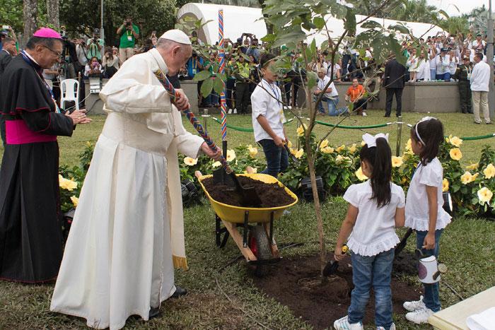 papa Francisco viaje apostólico a Colombia 6-10 septiembre 2017 Villavicencio Cruz de la reconciliación plantando árbol