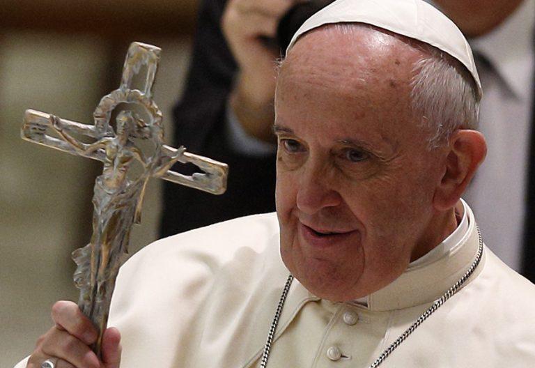 papa Francisco sostiene crucifijo