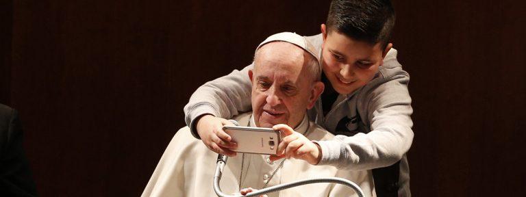 papa Francisco se hace un selfie con un niño febrero 2017
