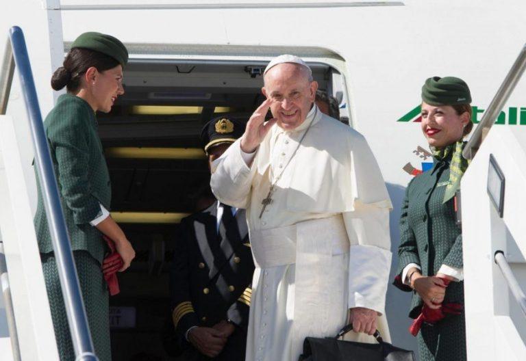 El Papa Francisco, en el avión de su viaje a Colombia en 2017/EFE