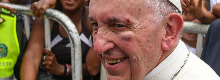 El Papa Francisco en Cartagena (Colombia) tras recibir un golpe en el papamóvil/EFE