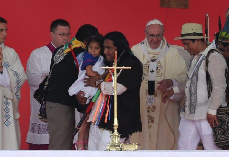 Un grupo de indígenas saluda a Francisco en la misa en Villavicencio, en Colombia/EFE
