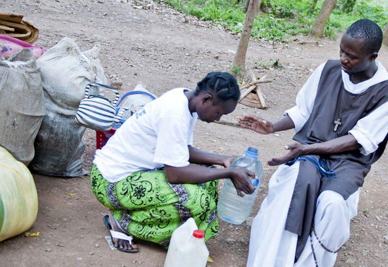 religioso con una mujer bendición en República Centroafricana