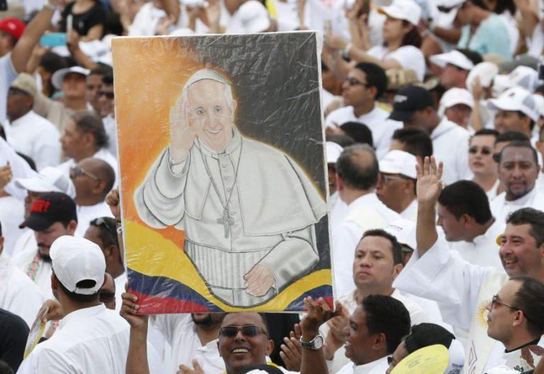 Un grupo de sacerdotes con un retrato de Francisco, en la misa en Cartagena/CNS