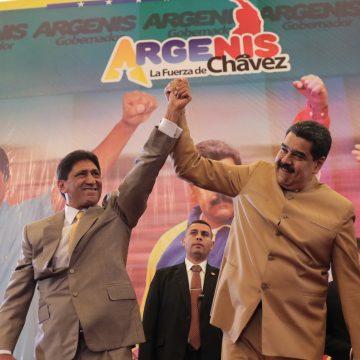 VEN001. BARINAS (VENEZUELA), 20/10/2017 - Fotografía cedida por la oficina prensa del Palacio de Miraflores, del presidente de Venezuela, Nicolás Maduro (d), participando durante la juramentación del gobernador electo del estado Barinas, Argenis Chávez (i), hoy viernes, 20 de octubre del 2017, en Barinas (Venezuela). Argenis Chávez es hermano del fallecido presidente venezolano Hugo Chávez Frías. EFE/PRENSA MIRAFLORES/SOLO USO EDITO