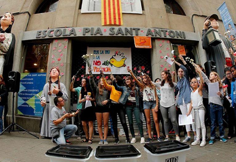 Concentración ante la Escola Pia de Barcelona con motivo de la celebración del referéndum ilegal del 1 de octubre de 2017
