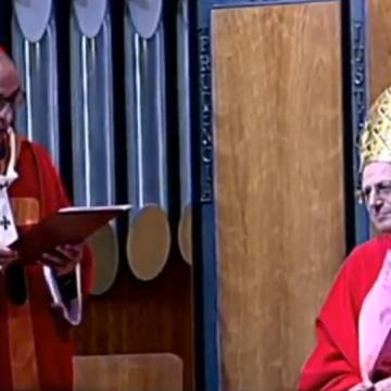 El cardenal Omella, ante el cardenal Angelo Amato, en la beatificación de 109 mártires claretianos el 21 de octubre de 2017 en la basílica de la Sagrada Familia de Barcelona