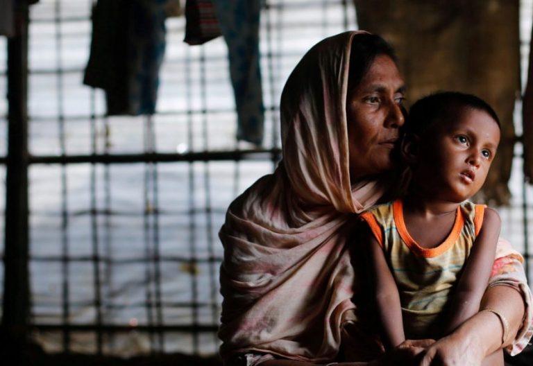 Una familia de la minoría musulmana Rohinya, en un campo de refugiados en Bangladesh/CNS