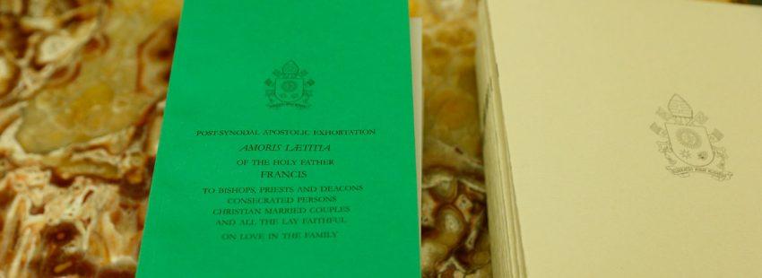 volumen encuadernado con el texto de la exhortación apostólica postsinodal Amoris laetitia del papa Francisco