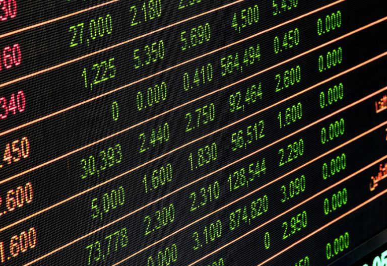 bolsa letreros cartel con movimientos de acciones financieras