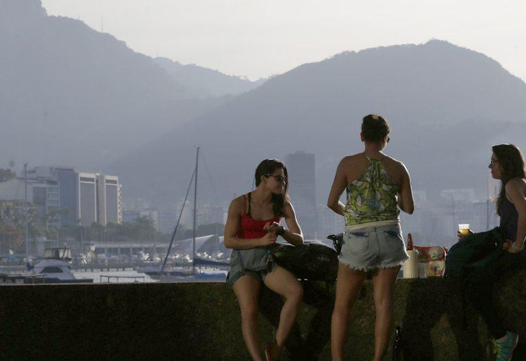 tres chicas jóvenes en Brasil Rio de Janeiro