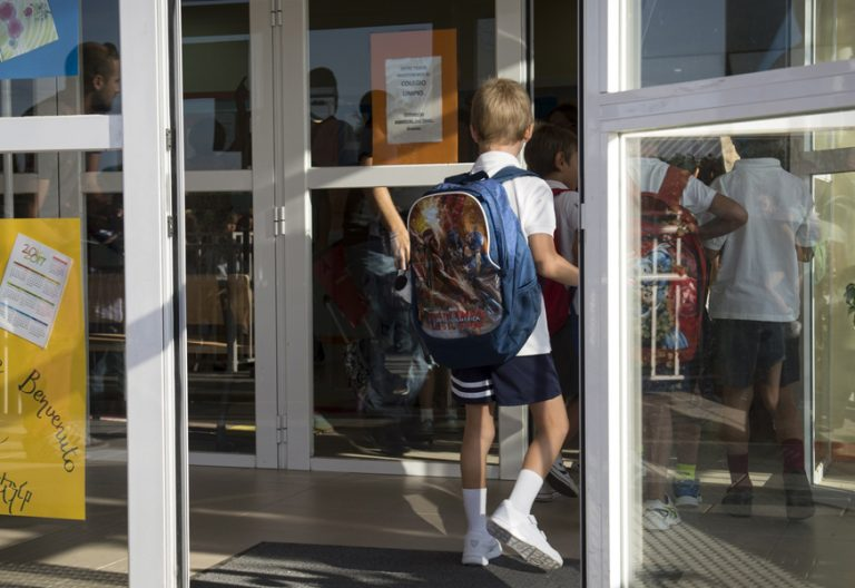 niños entrando en un colegio