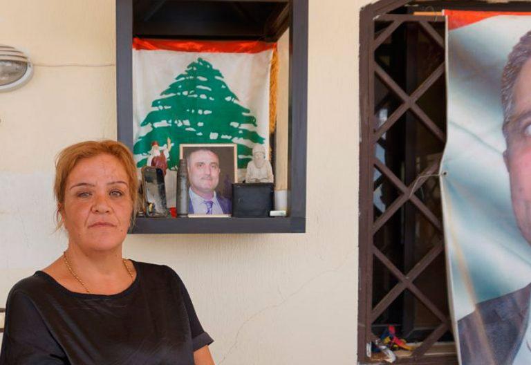 Amalia Awad, delante del altar que su hijo ha construido en honor a su padre, asesinado por el ISIS Líbano El Kaa