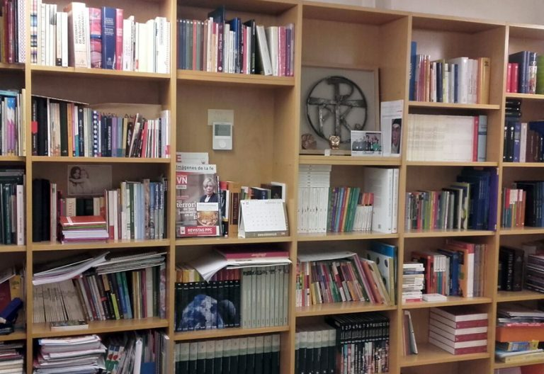 estantería con libros religiosos