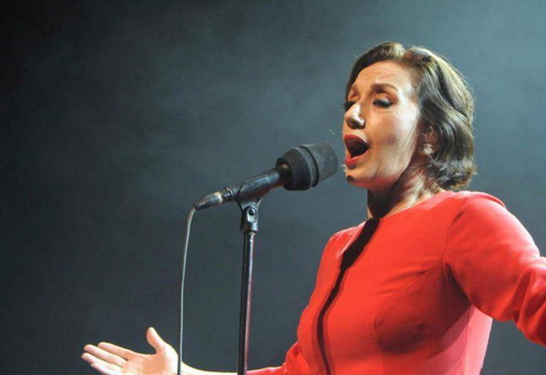 Luz Casal cantante durante un concierto