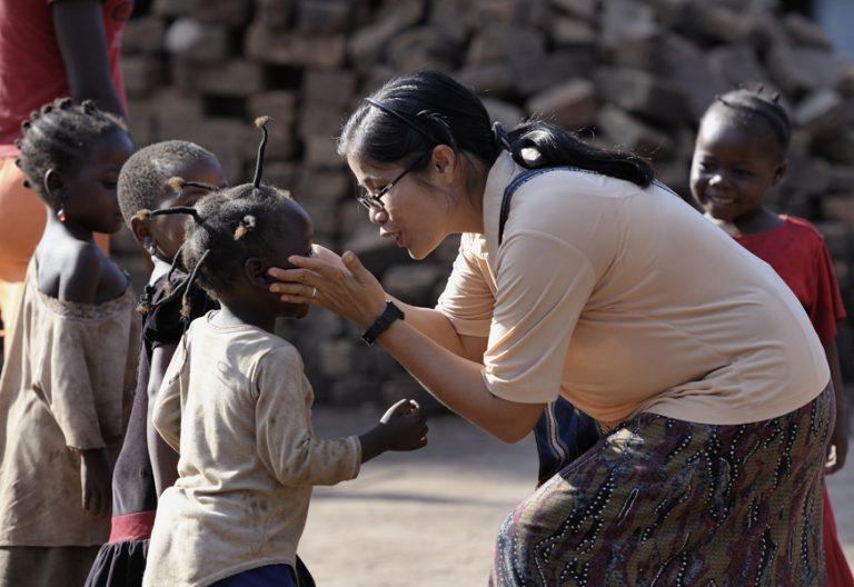 misionera asiática en Sudán del Sur con niños pequeños