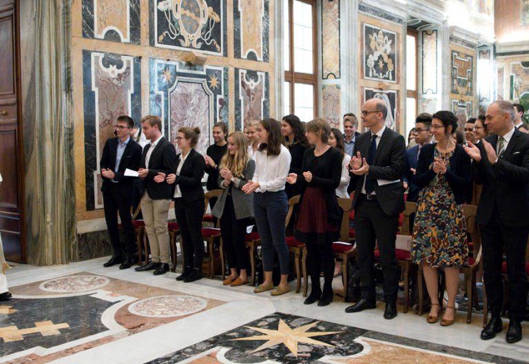 papa Francisco recibe a alumnos franceses de economía de Institution des Chartreux octubre 2017