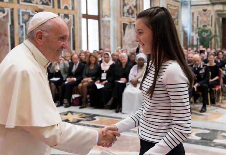 papa Francisco con participantes del congreso sobre dignidad de menores en Internet Congreso Pontificia Universidad Gregoriana octubre 2017