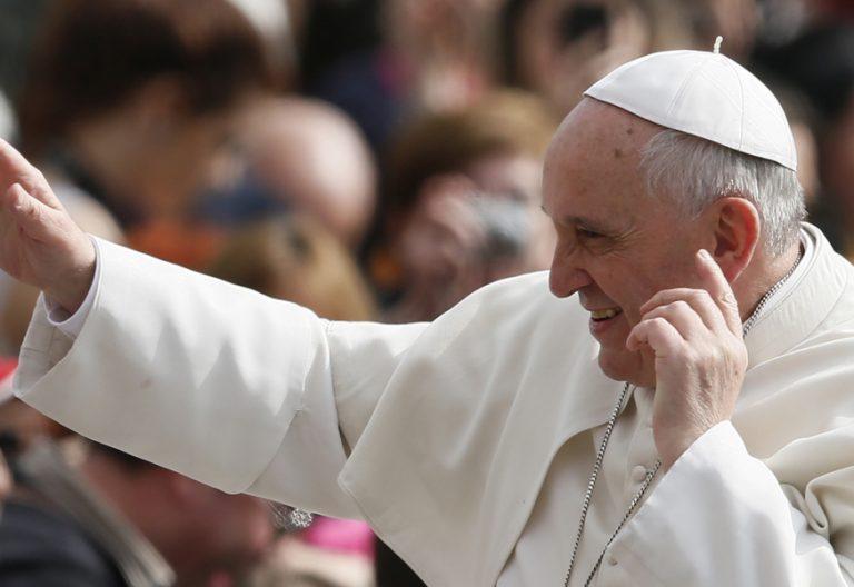 papa Francisco con la mano en la oreja en señal de escucha