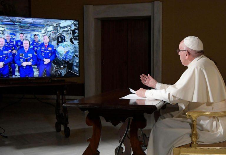 papa Francisco conversa con astronautas de la Estación Espacial Internacional octubre 2017