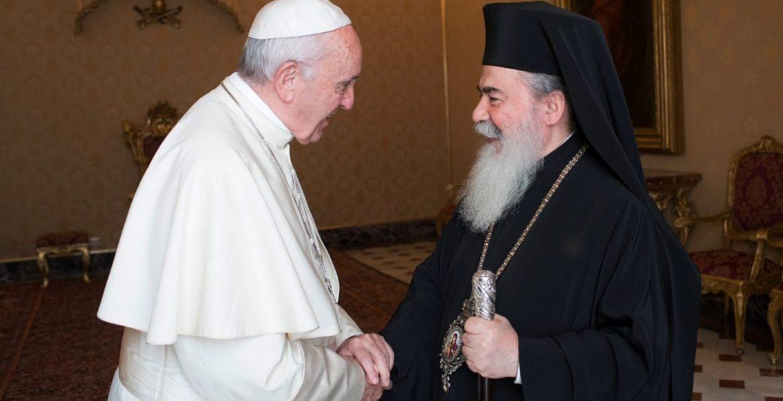 El Papa, con el patriarca greco ortodoxo Theophilos, en el Vaticano/CNS