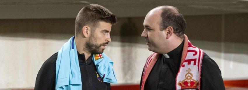 El defensa del F.C Barcelona Gerard Piqué (i) conversa con el capellán del Real Murcia Antonio Carpena/EFE
