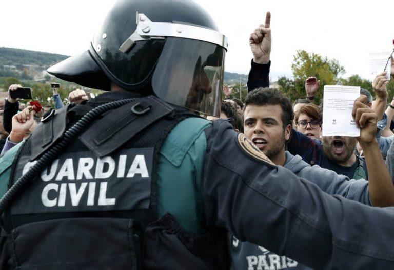 Incidentes en un centro electoral de Girona, con la Policía Nacional/EFE