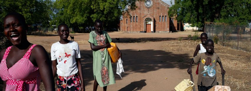 Familias en Sudán del Sur, a las puertas de una iglesia archivo