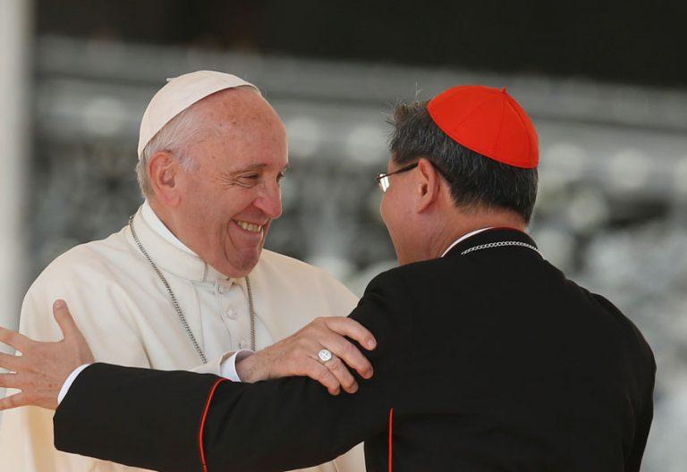 El cardenal Tagle y el papa Francisco, durante una audiencia archivo