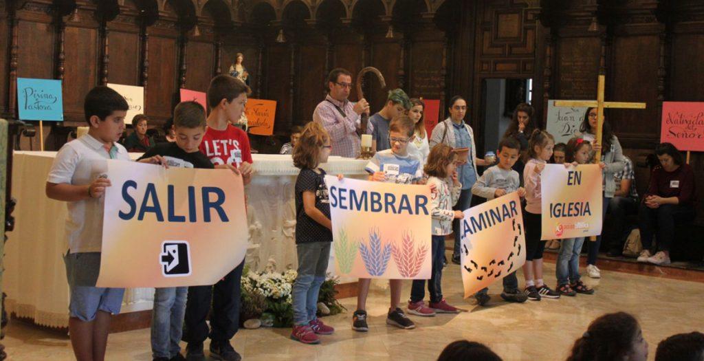niños personas miembros de Acción Católica durante un encuentro en una celebración