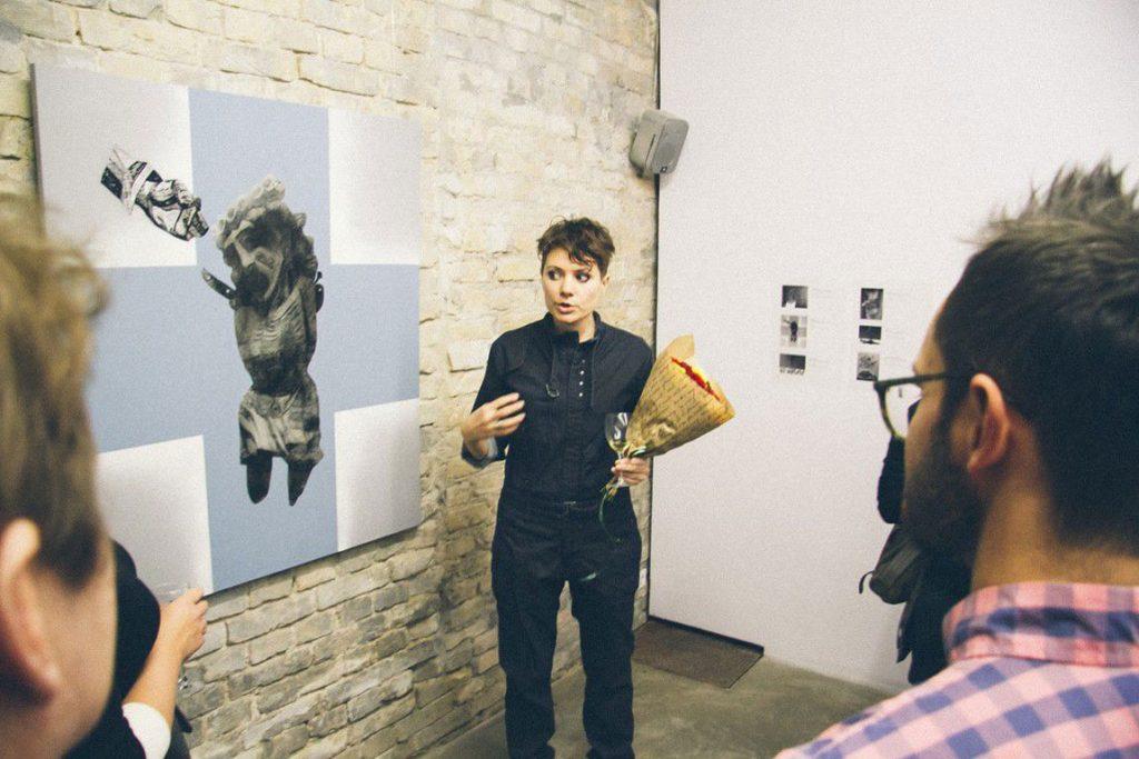 Albina Yaloza artista explica su cuadro Bautismo
