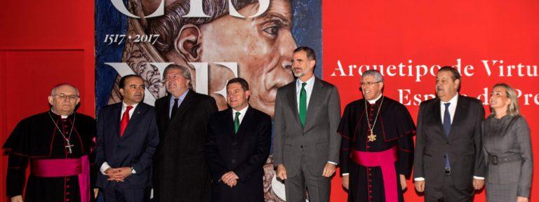 rey Felipe VI visita exposición sobre el cardenal Cisneros en la Catedral de Toledo noviembre 2017