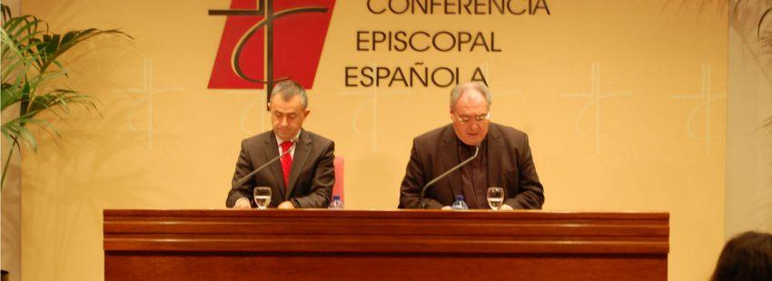 José María Gil Tamayo secretario general Conferencia Episcopal Española CEE y Fernando Giménez Barriocanal rueda prensa final Asamblea Plenaria noviembre 2017