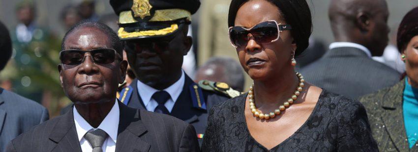 El presidente de Zimbabwe, Robert Mugabe, y su mujer, Grace